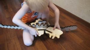 игрушка динозавр, вырезанная лазером из фанеры