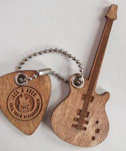 Брелоки гитара и медиатор с оригинальным логотипом из дерева лазерная резка и гравировка